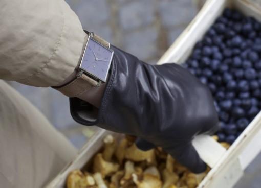 Uhr von Nomos und Handschuh von Röckl in Anwendungssituation
