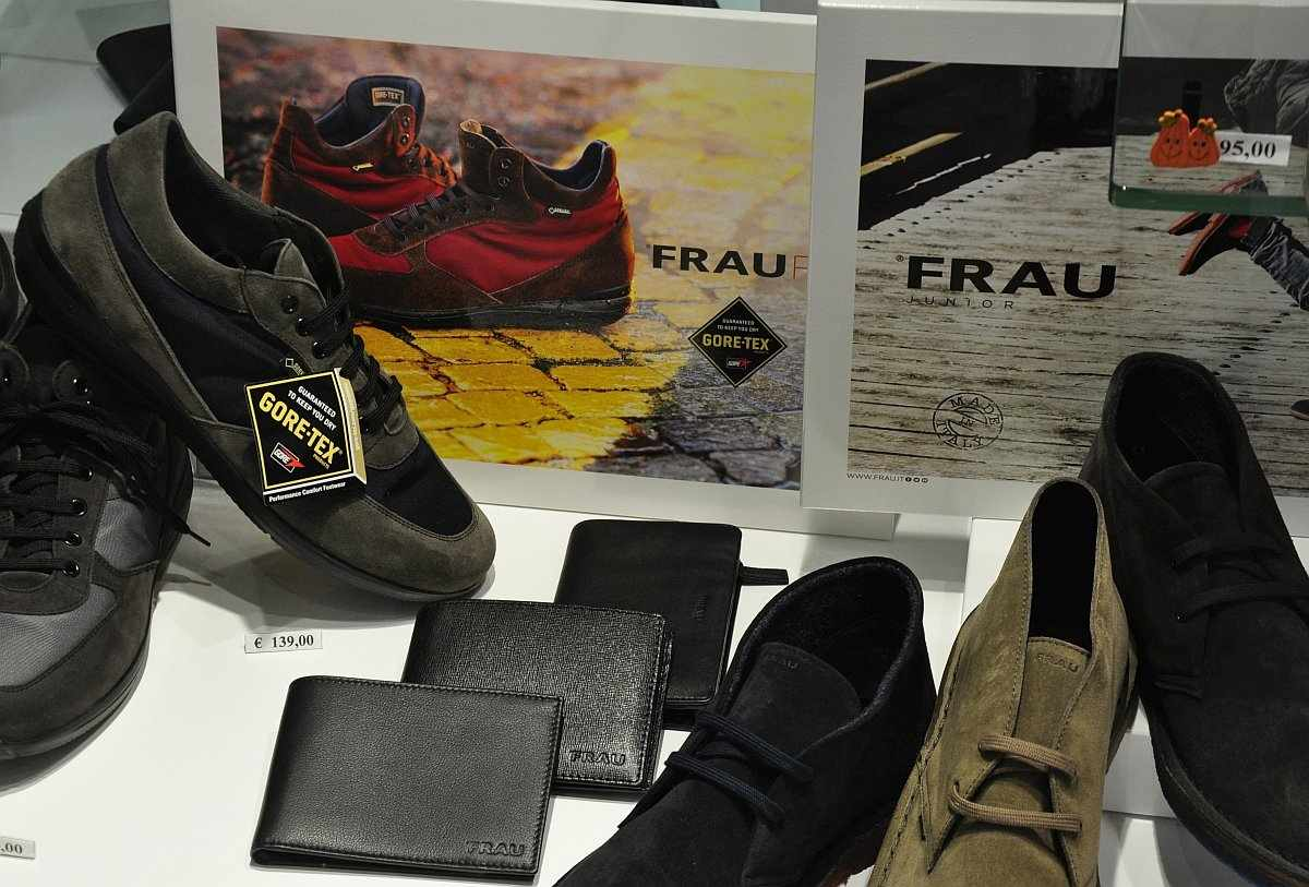 """Ein Urlaubsmitbringsel: Schuhe Marke """"FRAU"""""""