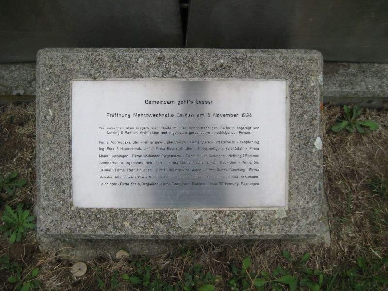 Tafel am Denkmal der Mehrzweckhalle Blaubeuren